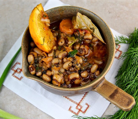 Mediterranean Diet Black Eyed Peas with Fresh Dill, Olive Oil and Orange Slices
